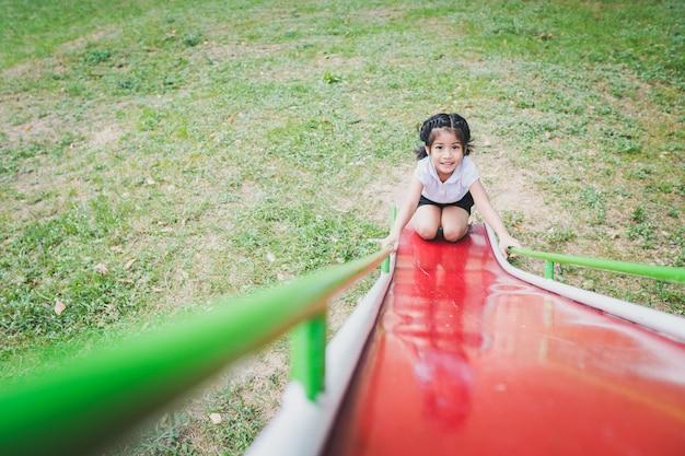 Gezonde kleine kinderen spelen in de achtertuin