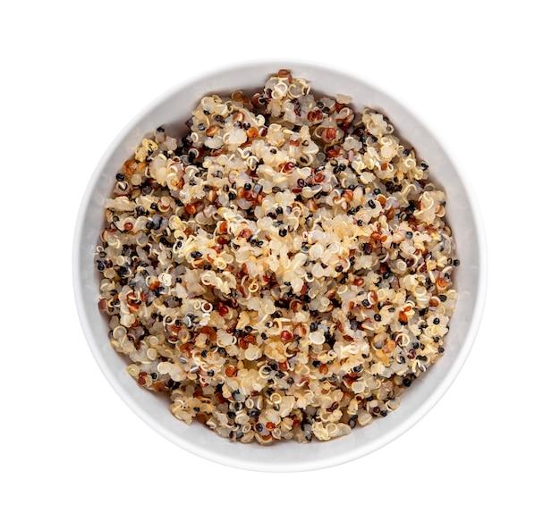 Gezonde kleurrijke gekookte quinoa geïsoleerd op wit. bovenaanzicht