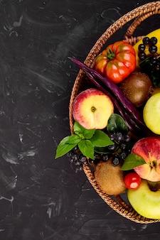 Gezonde kleurrijke voedselselectie in mand