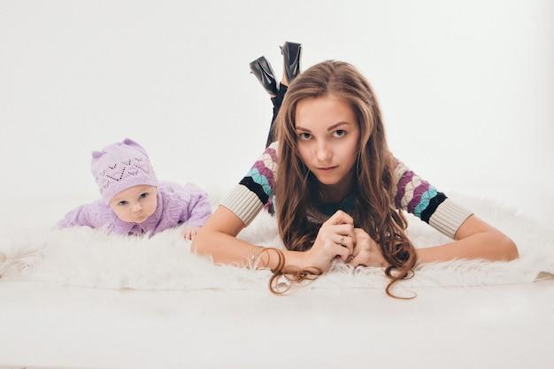 Gezonde levensstijl, de bescherming van kinderen, winkelen, een tiener met een pasgeboren baby die samen speelt.