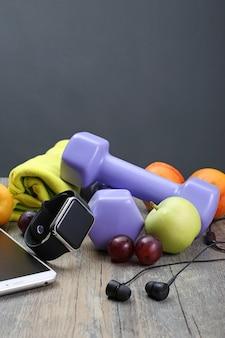 Gezonde levensstijl dumbbell slim horloge en fruit
