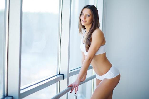Gezonde levensstijl en dieet concept. glimlachende vrouw met mooi lichaam na dieet