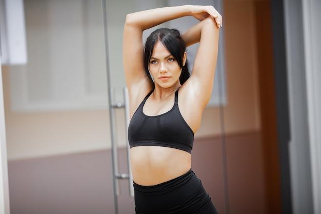 Gezonde levensstijl, fitness vrouw doet oefening in de sportschool