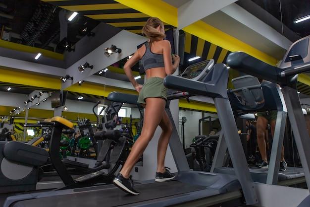 Gezonde levensstijl, fitnessconcept. vrouw joggen op loopband in sportschool