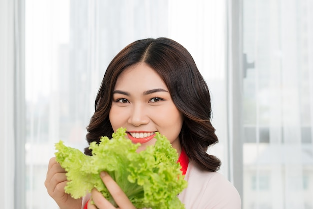 Gezonde levensstijl. gelukkig lachend op keuken thuis met groene groenten koken