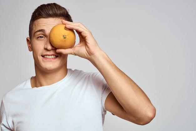 Gezonde levensstijl man poseren met fruit