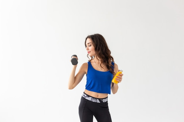 Gezonde levensstijl, mensen en sportconcept - vrouw met gezond sap drinkend voor sport en fitness op witte achtergrond met exemplaarruimte