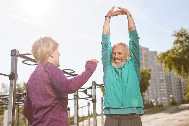 Gezonde levensstijl, mooi senior of volwassen familiepaar in sportkleding die rekoefeningen doet