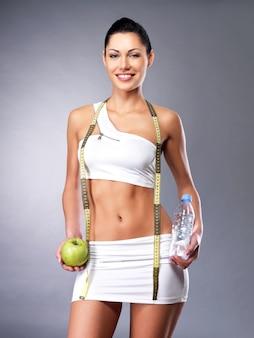 Gezonde levensstijl van een gelukkige vrouw met een slank lichaam na een dieet. sportieve teef met perfect figuur