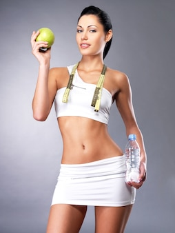 Gezonde levensstijl van vrouw met slank lichaam na dieet. sportieve teef met perfect figuur