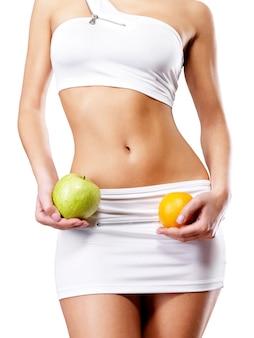 Gezonde levensstijl van vrouw met slank lichaam na dieet.