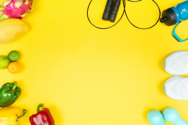 Gezonde levensstijl, voeding en sport concept. sportuitrusting en vers fruit en groente