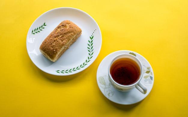 Gezonde luch bakkerij item plak cake en thee in kathmandu, nepal.
