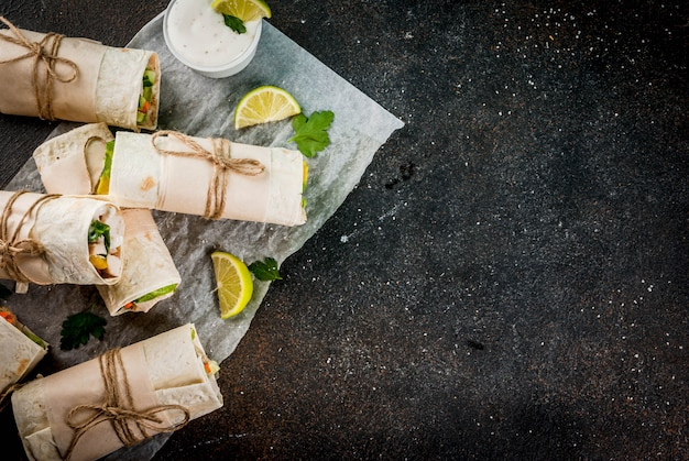 Gezonde lunch snack. stapel mexicaanse omslagen van de fajitatortilla van het straatvoedsel