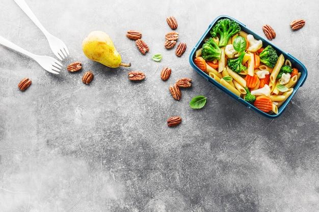 Gezonde lunch te gaan geserveerd in doos met groenten