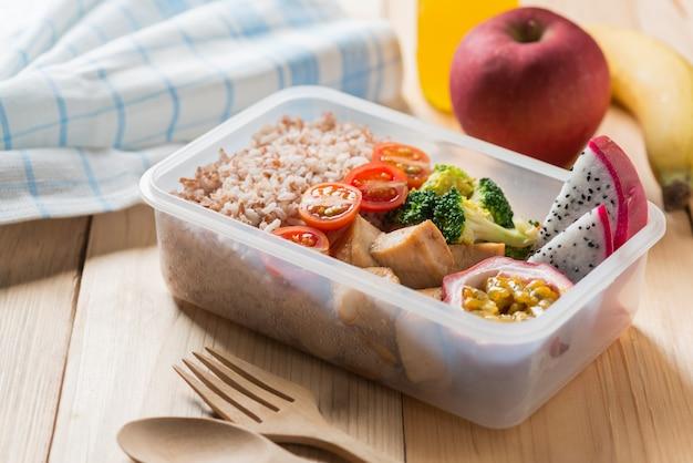 Gezonde lunchdozen in plastic verpakking
