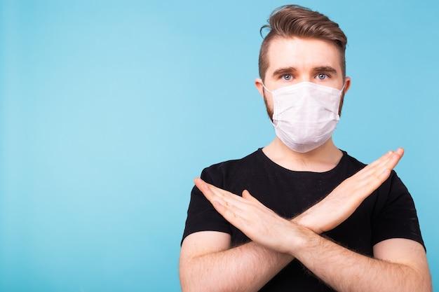 Gezonde man in medisch masker met gebaar stop infectie