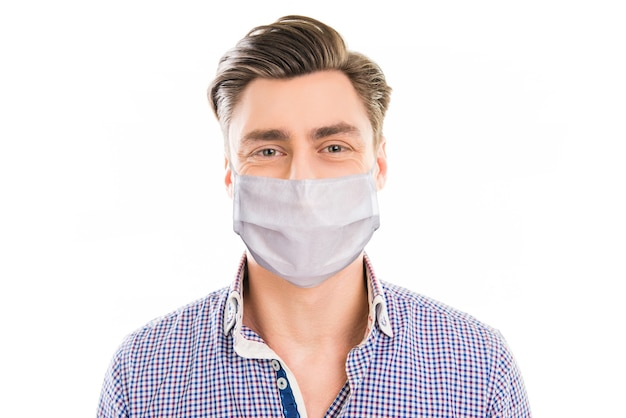 Gezonde man met herbruikbaar steriel masker