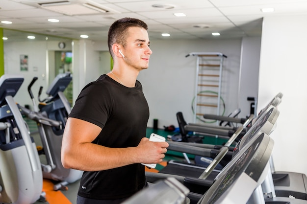 Gezonde man training in de sportschool