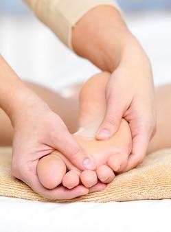 Gezonde massage voor blanke voet in de schoonheidssalon van de spa