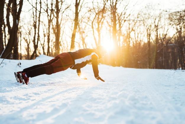 Gezonde mens opleiding in de vroege winterochtend die opdrukoefeningen doet