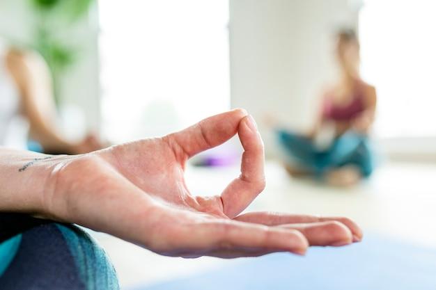 Gezonde mensen die een sukhasana yoga pose maken in yogales Premium Foto