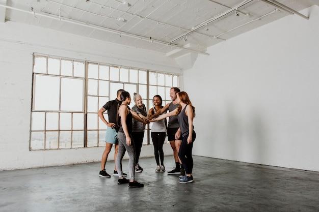 Gezonde mensen groeperen zich in een cirkel in een sportstudio