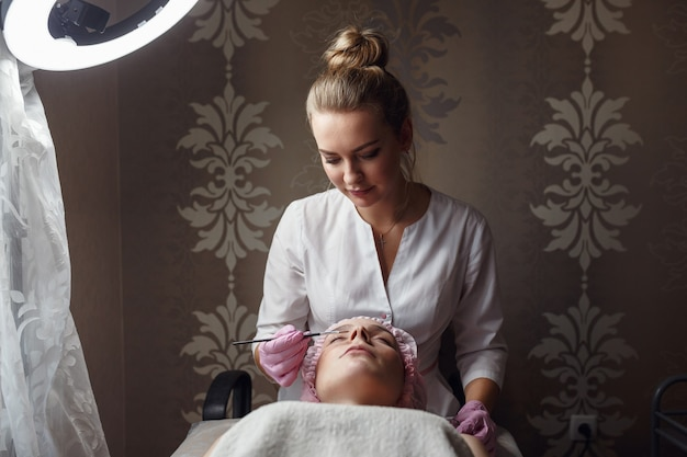 Gezonde mooie huid. schoonheidsspecialist doet schoonheidsprocedure voor patiënt