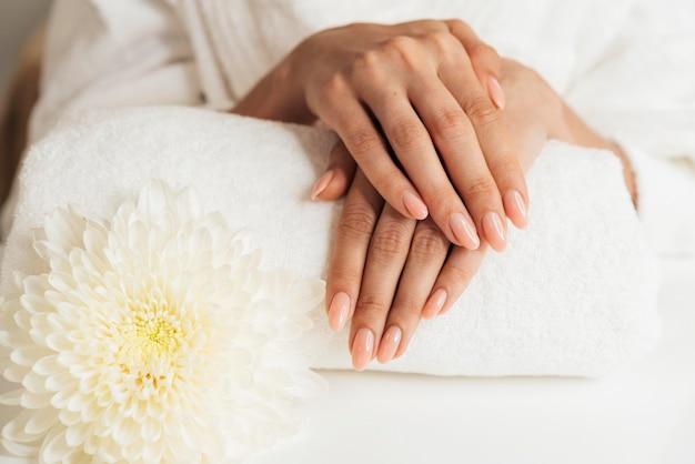Gezonde mooie manicure en bloemen