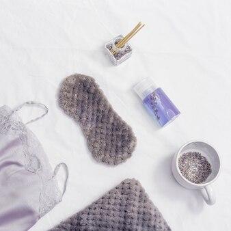 Gezonde nacht slaap concept zijden pyjama slaapmasker kopje lavendelthee