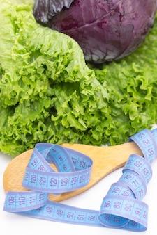 Gezonde natuurlijke frisse salade van paarse kool en sla