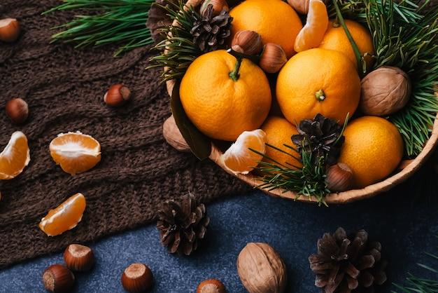 Gezonde natuurvoeding van walnoten, hazelnoten en mandarijnen