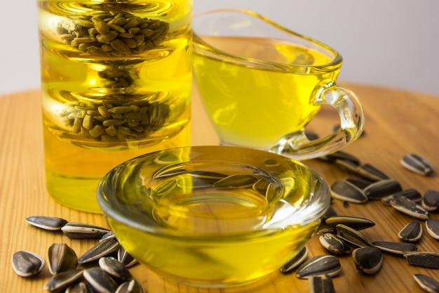 Gezonde olie uit zonnebloem-, olijf-, koolzaadolie. kookoliën in fles