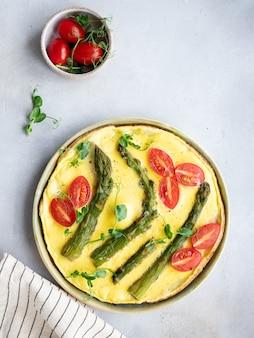Gezonde omelet met aspergetomaten en groene erwten microgreens italiaanse keuken