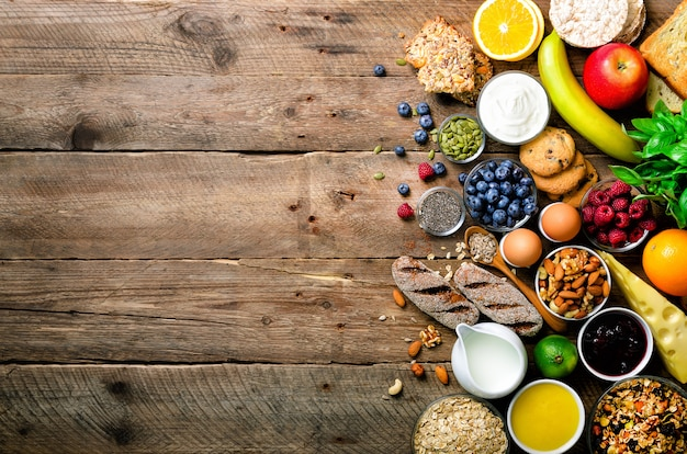 Gezonde ontbijtingrediënten, voedselkader. muesli, eieren, noten, fruit, bessen, toast, melk, yoghurt