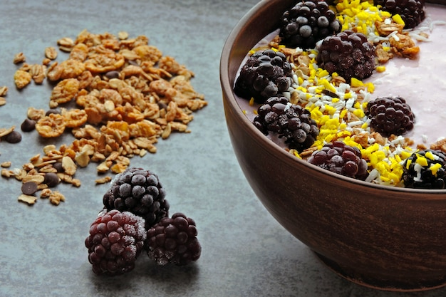 Gezonde ontbijtkom met yoghurt en bessen. gefermenteerde zuivelproducten. probiotica ontbijt.