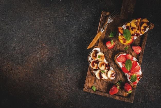 Gezonde ontbijtsnack, roggebroodsandwiches met fruit en bessen