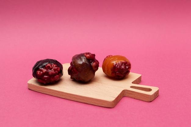 Gezonde oosterse zoetigheden gemaakt van pruimen gedroogde abrikozen en noten energiesnacks suikervrij snoep