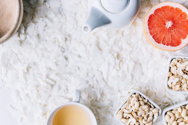 Gezonde paleosnack met noten en thee