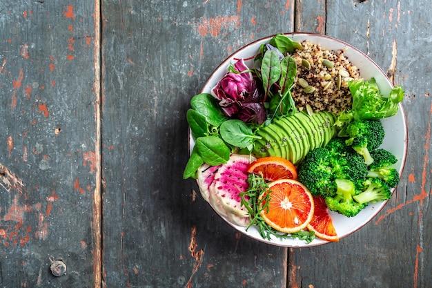 Gezonde plantaardige boeddha kom met fruit, groente en zaden. evenwichtig eten. heerlijk detoxdieet. bovenaanzicht.