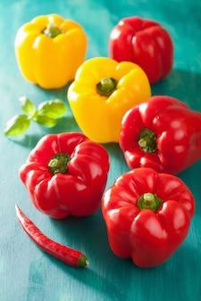 Gezonde plantaardige rode gele paprika op turkooizen achtergrond