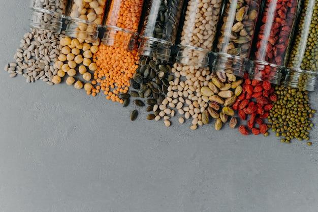 Gezonde producten in glazen potten. biologische granen in containers