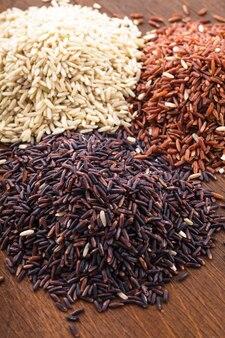 Gezonde rijstvariëteit: bruin, rood en wildzwart