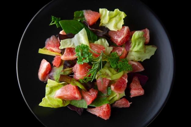 Gezonde salade grapefruit en groene bladeren. deliciouse dieetvoeding. afvallen.