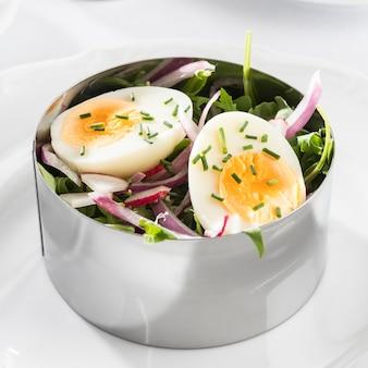 Gezonde salade in metalen ronde vorm