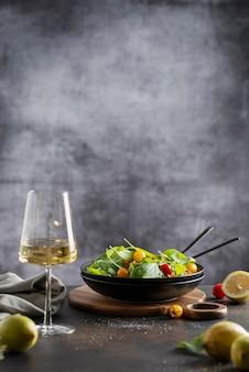 Gezonde salade met spinazie, rode en gele tomaten, selectieve aandacht met kopie ruimte