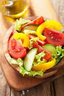 Gezonde salade met tomaten, komkommer en peper