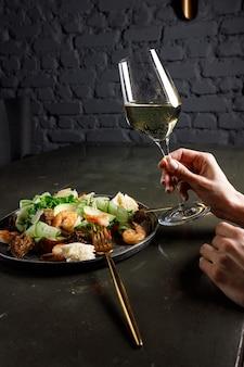 Gezonde salade plaat. verse zeevruchten recept. gegrilde garnalen en verse groentesalade en ei. gegrilde garnalen. gezond eten. plat leggen. bovenaanzicht