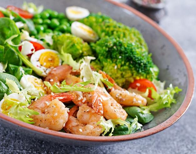 Gezonde saladeplaat. vers zeevruchtenrecept. gegrilde garnalen en verse groentesalade, ei en broccoli. gegrilde garnalen. gezond eten