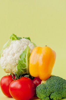 Gezonde, schone eetindeling, vegetarisch eten en dieetvoeding. diverse verse groenteningrediënten voor salade op gele lijst, hoogste mening, kader, banner.